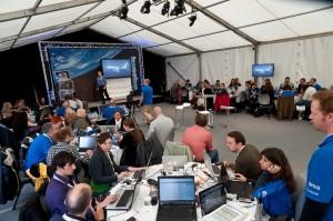 Tweetup-Atmosphäre: Teilnehmer an Tischinseln mit zwei bis drei WLAN-Geräten pro Nase. Foto vom SpaceTweetup: Stefan Meiners (http://blog.unkreativ.net/)
