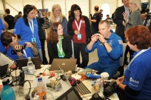 Fragen in kleinen Gruppen: Hier Astronauten beim SpaceTweetup. Foto: ESA. http://www.esa.int