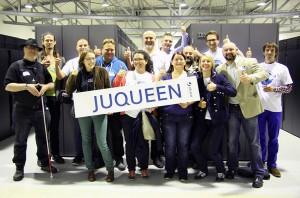 Die Teilnehmer des ScienceTweetup am Forschungszentrum Jülich besuchten auch Europas stärksten Supercomputer JUQUEEN. Bild: Helmholtz (CC-BY 3.0)